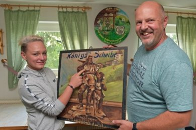 Sophie Eckert ist aktuelle Schützenkönigin in Gahlenz. Die Landwirtin interessiert sich für die historischen Schützenscheiben, wie diese aus den1920er-Jahren. Eric Wildfeuer ist Vereinschef der Schützengesellschaft.