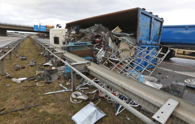 Laut Polizei konnte der Lkw-Fahrer (49) das auf der Seite liegende Fahrzeug selbstständig verlassen.