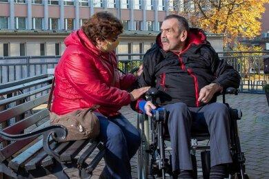 """Zur Sicherheit im Freien: Edeltraut Mittrach besucht ihren Mann Wolfgang jeden Tag im Pflegeheim """"Zur Heimat"""" in Bischofswerda - und hofft, dass sie das weiterhin darf."""