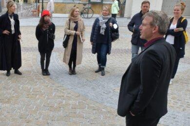 Eine Station der Künstler war am Dienstag auch Freiberg. Oberbürgermeister Sven Krüger (r.) begrüßte die Gäste vor dem Theater. Intendant Ralf-Peter Schulze stellte anschließend Haus, Ensemble und die Spielstätten vor. Er hob die Wichtigkeit des Theaters für Stadt und Region hervor, betonte, dass es für viele eine Herzensangelegenheit ist. Mit den Hygieneregeln können bis zu 110 Gäste die Vorstellungen besuchen. Michael Berger und Tonja Gold improvisierten ein Stück zu Humboldt - in jungen und in alten Jahren.mer