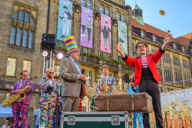 Oberbürgermeister Sven Schulze hat am Nachmittag bei strahlendem Sonnenschein und unter dem Applaus vieler hundert Besucher das dreitägige Festival in der Innenstadt eröffnet.