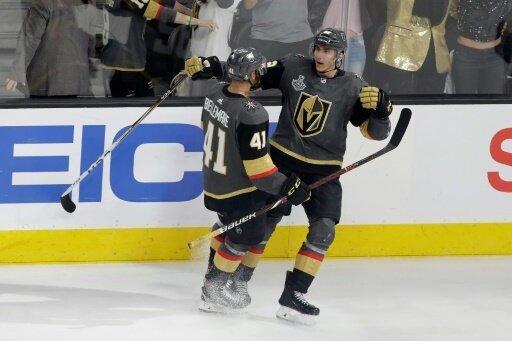 Nosek (r.) traf zum 6:4 für die Vegas Golden Knights