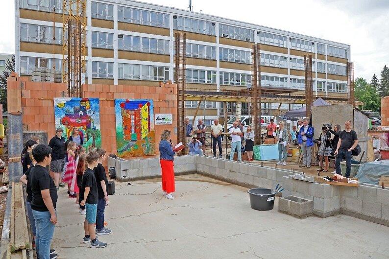 Die feierliche Grundsteinlegung für den Bau eines Mehrzweckgebäudes zwischen der Adam-Ries-Schule und der Fucik-Oberschule in Neuplanitz.