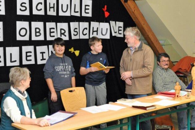 Mundart-Projekttag in der Freien Oberschule Elterlein: Max und Jannic versuchen sich im Lesen eines Mundartstückes, zur Freude von Matthias Fritzsch (mi.), Monika Tietze (li.) sowie Peter Laube (re.).