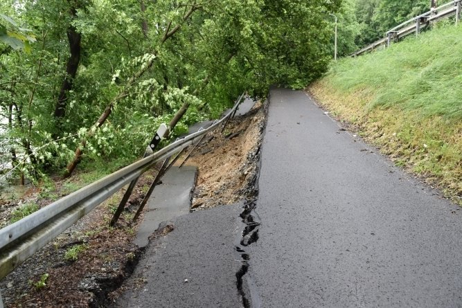 Im Mai 2018 brach bei Hochwasser die Straße weg.