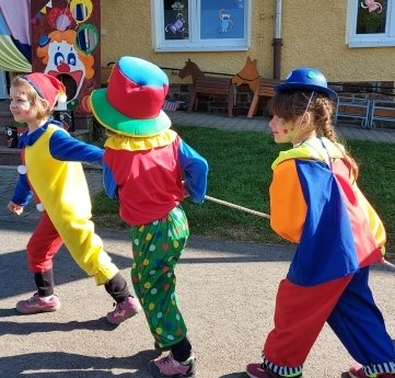 Auch die Clowns waren zum Jubiläum in der Cämmerswalder Kita auf Achse.