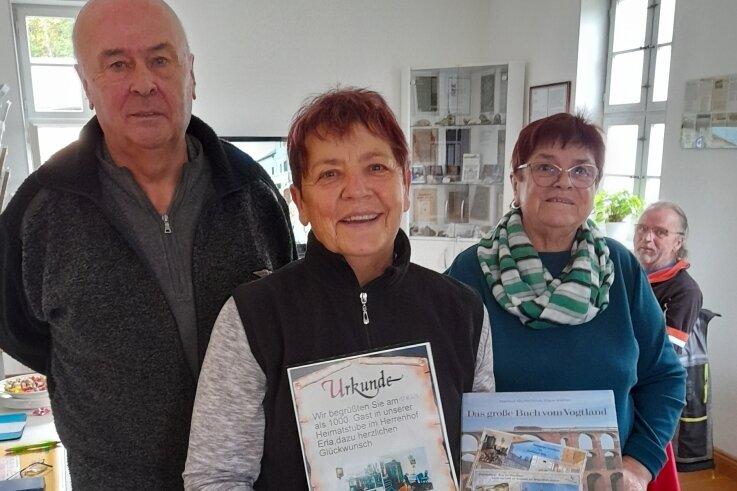 Karl-Heinz Gehle (l.) und Gisela Schmidt (r.) vom Heimat- und Schulverein Erla-Crandorf flankieren hier Waltraud Lorenz, Jubiläumsbesucherin der Manfred-Blechschmidt-Heimatstube im Herrenhof Erla.