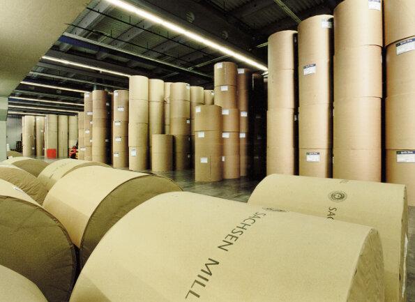 Bis zu 24 riesige Zeitungspapierrollen werden täglich angeliefert und mit Staplerfahrzeugen entladen.