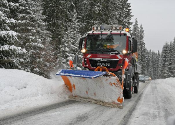 Um die Straßen vom Schnee zu befreien, sind Räumfahrzeuge am Montag im Altkreis Aue-Schwarzenberg im Dauereinsatz gewesen - wie hier in Carlsfeld auf der Carlsfelder Hauptstraße.