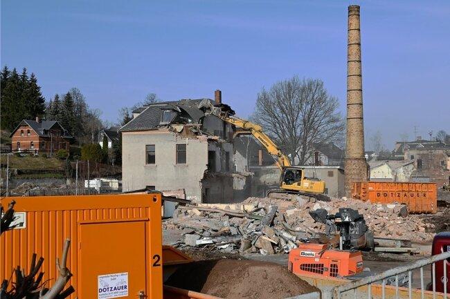 Ein Bagger frisst sich durch die maroden Gebäude der Kunstlederfabrik in Saupersdorf.
