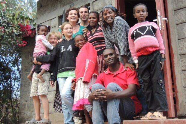 """Im September wollen Silas, Salomé, Frauke und Marcel Kämpfe ins Erzgebirge zurückkehren. Das bedeutet Abschied nehmen - vom Land Kenia und von lieb gewonnenen Menschen. Das Bild zeigt sie bei einem Besuch bei Mama Njenga und ihrer Familie. """"Wir alle wussten in dieser fröhlichen Runde, dass es unser letztes Treffen sein wird"""", schilderte Marcel Kämpfe per E-Mail."""