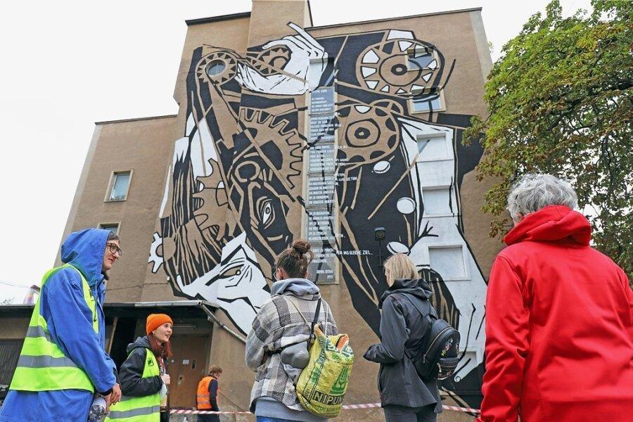 Ehrenamtliche Helfer führten an den Besucherwochenenden die Schaulustigen über das Gelände der Buntpapierfabrik in Flöha. Die Helfer sind neben der finanziellen Unterstützung eine Säule des Kunstfestivals.