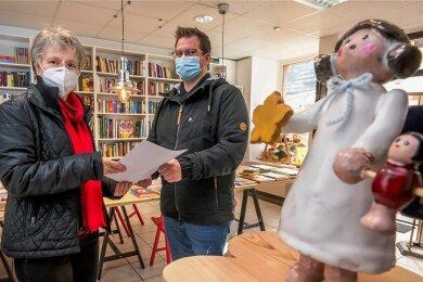 Auch Steffi Kraus beteiligt sich mit einer Geschichte, die sie Florian Drechsel persönlich übergab, an dem Wettbewerb.