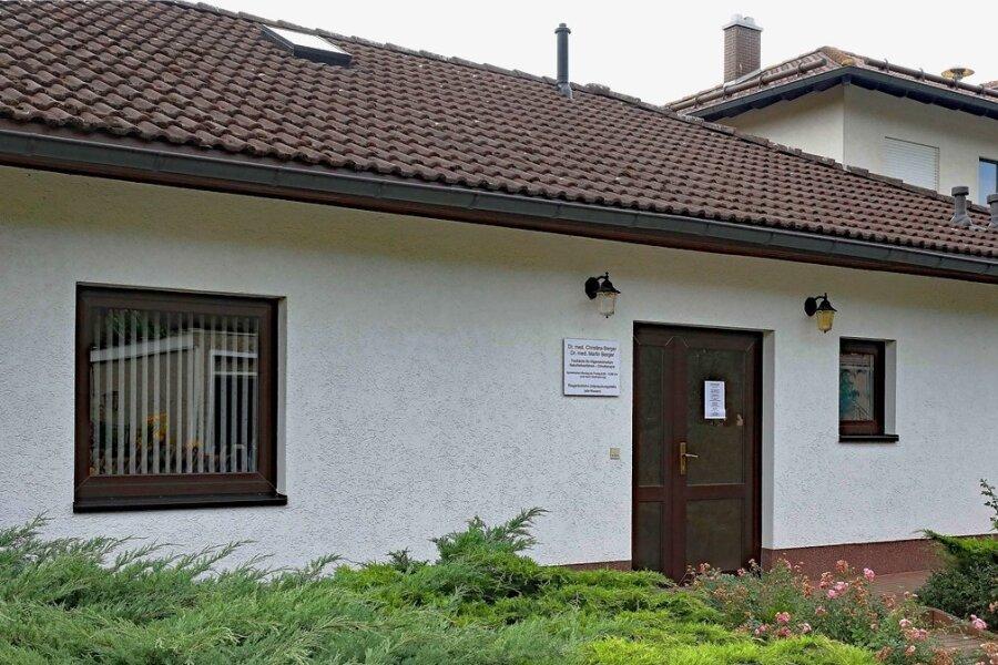 In der Praxis des Ärzte-Ehepaars in Blankenhain gibt es Veränderungen: Dr. Martin Berger beendet seine Tätigkeit als Kassenarzt.