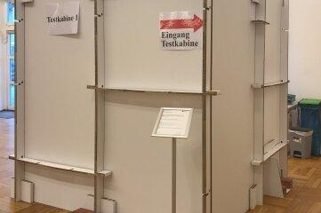 Die Kabinen im Testzentrum in Thum sind auch aus Pappe.