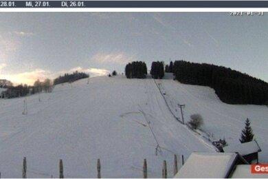 Der Screenshot von der Webcam zeigt den Skihang in Holzhau am Sonntag. Dass zwischen 12 und 17 Uhr keine Aufnahmen zu sehen sind, liege an der schlechten Internetverbindung, sagt der Betreiber.
