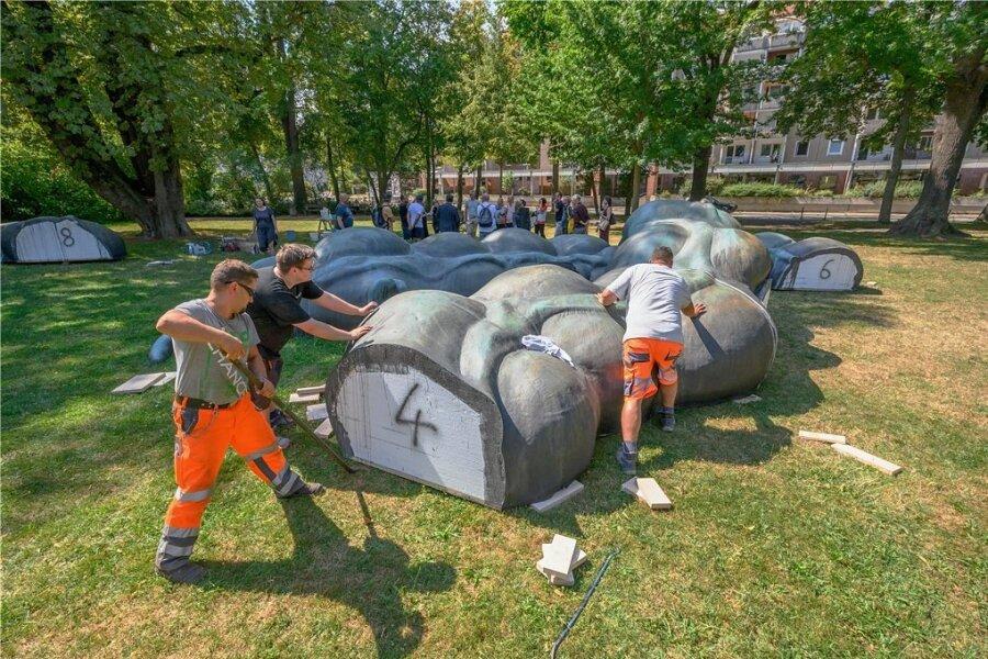 """""""Der Darm"""" ist eine Skulptur auf dem Schillerplatz und bezieht sich auf das Organ von Karl Marx."""