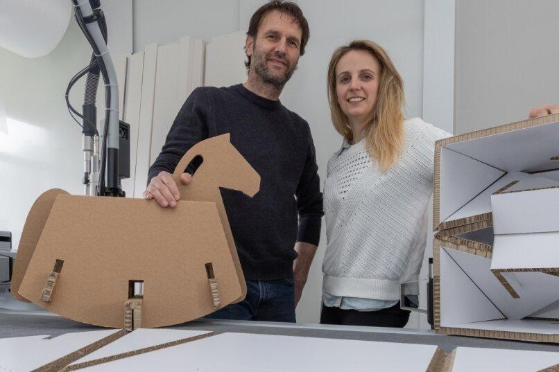Geschäftsführer Udo Bärthel und Prokuristin Nadine Leichsner in den Produktionsräumen in Jahnsbach. Das Schaukelpferd ist eine Möglichkeit, Werbär-Produkte zweitzuverwerten. Es trägt problemlos ein Kind und ist auch in farbiger Ausführung zu haben.