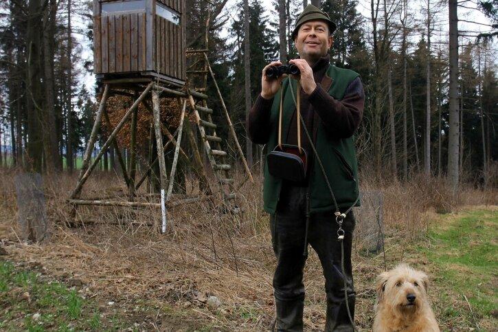 """<p class=""""artikelinhalt"""">Detlef Haas ist seit 1992 Jagdpächter in Lößnitz. Zusammen mit seiner Steierischen Rauhaarbracke Hexe hält er Ausschau nach Wild. Ob er dies auch künftig darf, ist noch ungeklärt.</p>"""