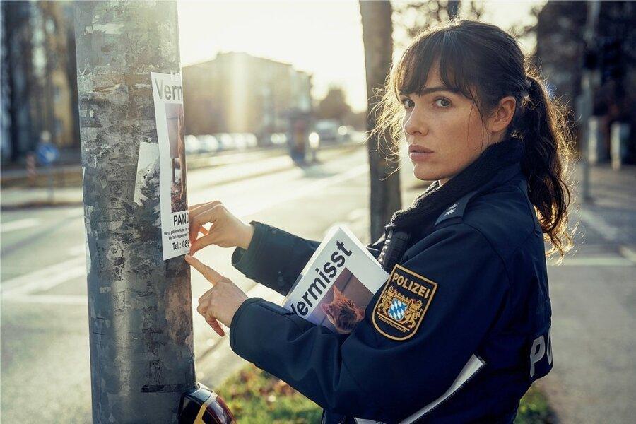 Elisabeth Eyckhoff (Verena Altenberger) hängt Katzensteckbriefe auf.