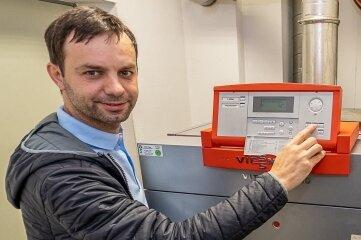 Enrico Stephan an der Heizung im Rodewischer Feuerwehrdepot: Überall wird optimiert.