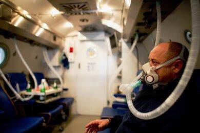 Die hyperbare Sauerstofftherapie ist auch in Deutschland ein Thema - beispielsweise bei der Behandlung von Patienten mit einer Rauchvergiftung. Im Bild eine Überdruckkammer an der Universitätsklinik Düsseldorf.