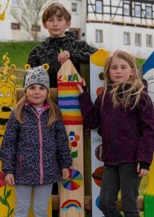 Lara (r.), Roxy (l.) und Emil haben ebenfalls bei der Zaunlatten-Aktion mitgemacht und mehrere Latten auf ihre ganz eigene Weise und nach ihren Vorstellungen gestaltet.