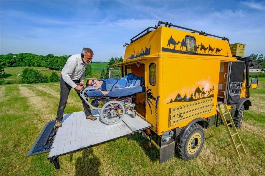 Mit dem Geländewagen geht die Familie Anders aus Bobritzsch auf Reisen. Über eine Rampe schiebt Vater Frank Jonas ins Auto.