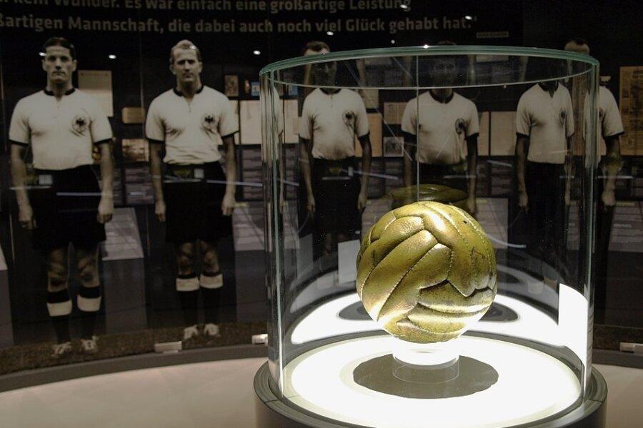 Die deutsche Weltmeisterelf schart sich auf Fototapete um den Originalendspielball von 1954 - das ist ein Blickfang im Deutschen Fußballmuseum in Dortmund.