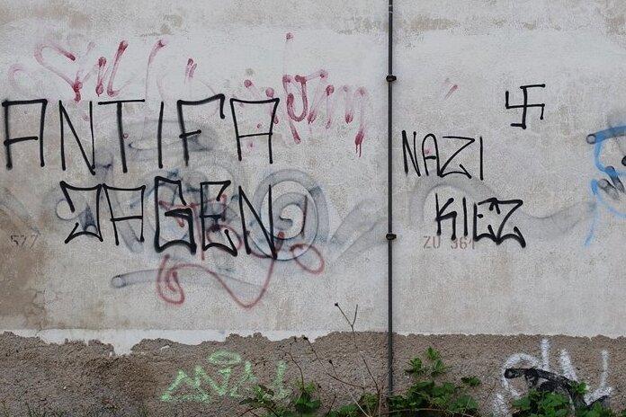 Ist Wilkau-Haßlau ein Nazi-Kiez, wie es diese Schmiererei suggeriert, die Unbekannte im Mai unweit des Marktes anbracht haben? Die Polizei hat Anfang des Jahres in dem Bereich verstärkt Jugendliche kontrolliert.