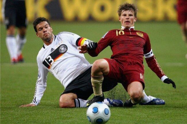 WM-Qualifikationsspiel am 10. Oktober 2009 in Moskau: Der deutsche Kapitän Michael Ballack (links) bremst Russlands Dribbel-Ass Andrej Arschawin. Die DFB-Elf gewann dank eines Treffers von Miroslav Klose mit 1:0 und buchte damit das Ticket für Südafrika.