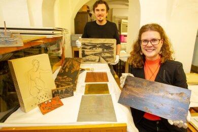 Kunsthistorikerin Sarah Brandt und Lukas Mathiaschek kümmern sich im Vogtlandmuseum um die Inventarisierung und Digitalisierung der rund 1000 Paetz-Arbeiten. Der arbeitete für seine Lithografien mit verschiedenen Trägermaterialien wie Zink, Messing, Kupfer und Holz.