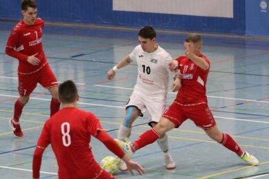 Diego Fogaca (Mitte) vom VfL 05 fand gegen die Abwehrspieler des FK Vytis kaum Lücken.