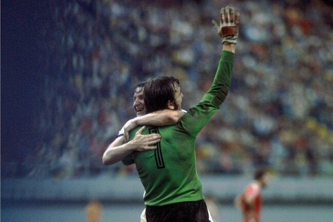 Jürgen Croy feiert mit Hans-Jürgen Dörner den Olympiasieg 1976.