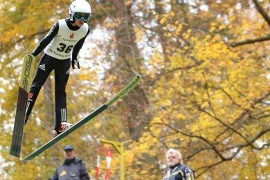 Im Kampf um den Nordcup ist Pöhla diesen Sonnabend die erste Station. Wie hier beim Vereinsspringen Nick Dittrich von der SG Nickelhütte Aue gehen Talente aus ganz Deutschland über den Bakken.