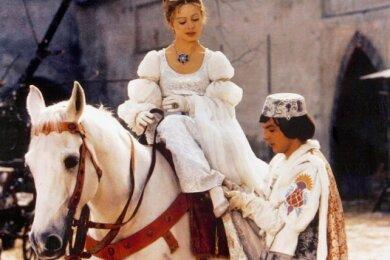 """Die Schauspielerin Libuše Šafránková mit Pavel Trávníček im Film """"Drei Haselnüsse für Aschenbrödel""""."""