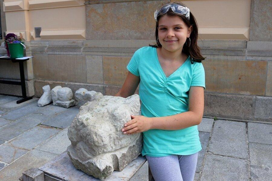 Die elfjährige Sukeida Sommer hat bei der jüngsten Bildhauerwerkstatt des Zwickauer Kunstvereins ihr Lieblingstier in Stein gehauen.