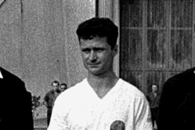 DDR-Kapitän Dieter Erler beim Abspielen der Nationalhymnen.