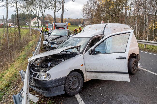 Die Straße zwischen dem Lengenfelder Ortsteil Irfersgrün und Hirschfeld musste nach einem schweren Verkehrsunfall gesperrt werden.