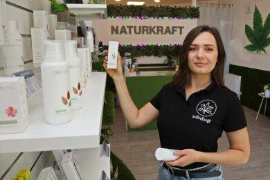 Valeriya Skorobagatko im neuen Laden an der Leipziger Straße. Die 26-Jährige berät zu Anwendungsmöglichkeiten und deren Wirkung.