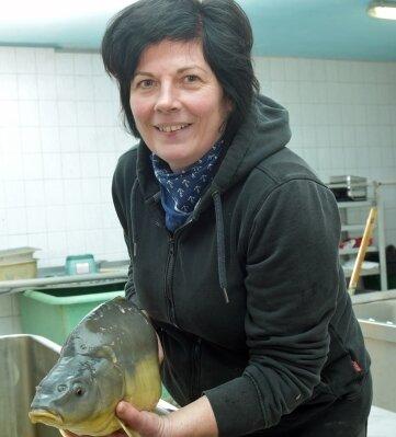Carola Fuhrmann präsentiert einen Karpfen aus hiesiger Zucht.