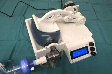 Das Notfall-Beatmungsgerät, das von der Uniklinik Leipzig, dem Fraunhofer IWU und der WHZ entwickelt wurde.