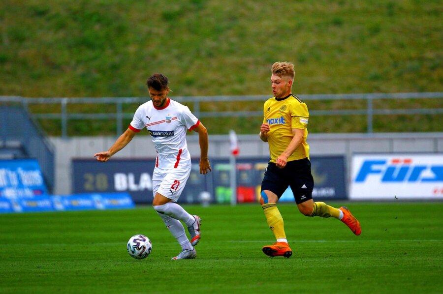 Marco Schikora vom FSV Zwickau und Stefan Maderer vom SpVgg Bayreuth beim Testspiel.