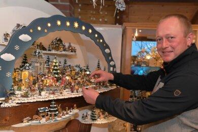 Die Winterkinder sind das Aushängeschild der Firma Hubrig in Zschorlau. Jedes Jahr gibt es eine Neuheit für die Winterlandschaft, Junior-Chef Chris Hubrig komplettiert diese im Betriebsladen, der in den vergangenen Wochen einen Ansturm erlebte.