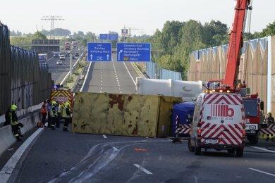 Ein umgestürzter Laster blockierte am Mittwochfrüh alle Fahrstreifen.