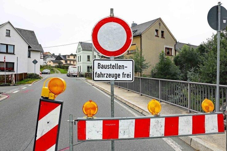 Seit Dienstag ist in Langenbernsdorf die Hauptstraße zwischen der Mühlbachbrücke (Foto) und Ronneburger Straße voll gesperrt. Foto: Thomas Michel