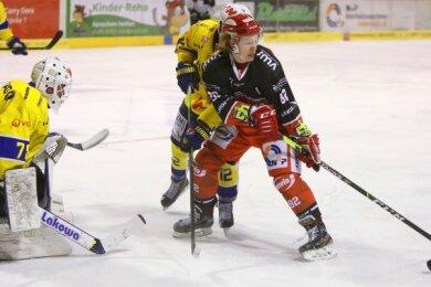 Der etatmäßige Eispiraten-Verteidiger Niklas Heyer (rechts) spielte am Freitag in der Offensive.