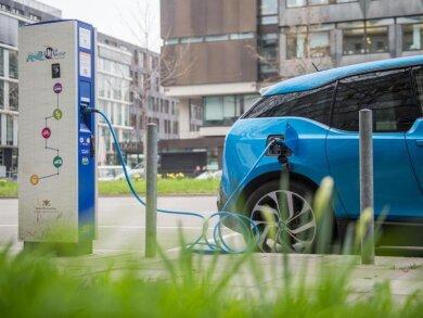 Beim Tanken an der Ladesäule können Autofahrer oftmals nur mit sehr viel Aufwand feststellen, was sie der Strom kosten wird, bemängelt der ADAC.