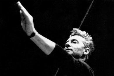 Herbert von Karajan während einer Probe in den 60er-Jahren: Der kommerziell erfolgreichste Dirigent aller Zeiten polarisiert auch heute noch mit seiner radikalen Eigenaneignung kompositorischer Werke.
