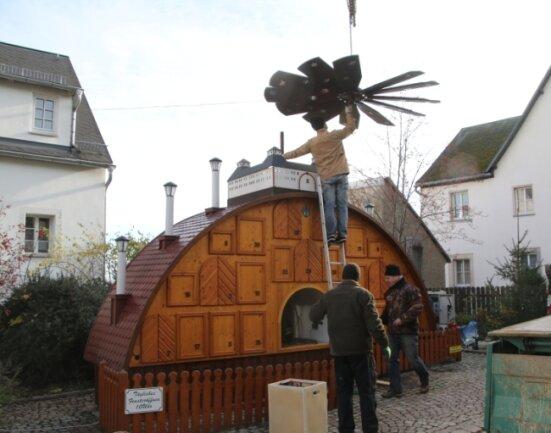 Am Wochenende wurde zum 22. Mal der Adventskalender in Augustusburg aufgebaut worden. Auch das Flügelrad ist schon befestigt.